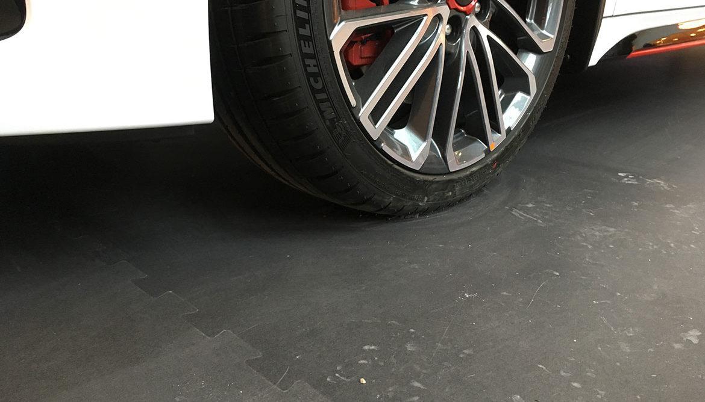 KIA bemutató autó | Cleartex kreatív logós padlóburkolat